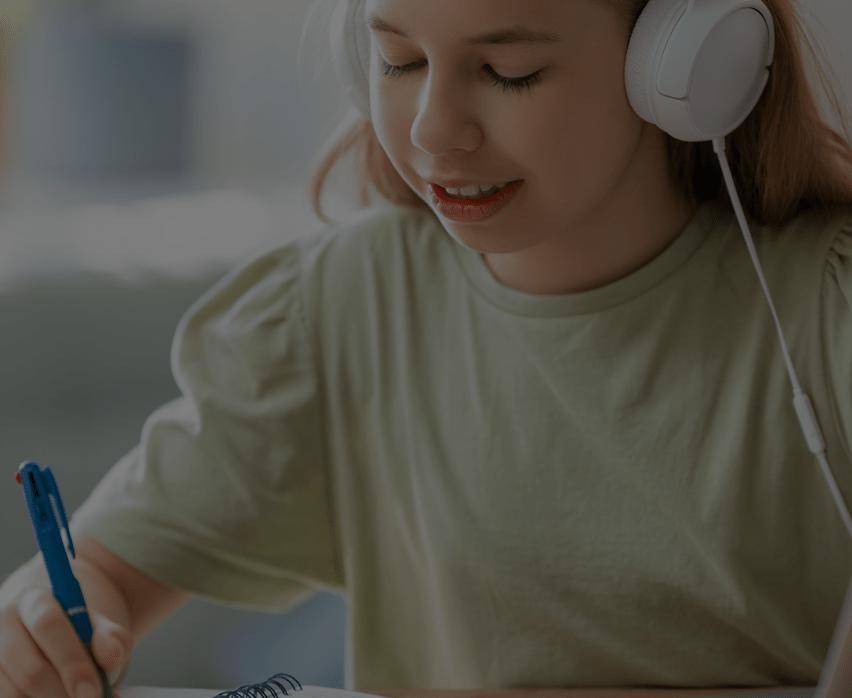 Criança estudando pelo Edukon