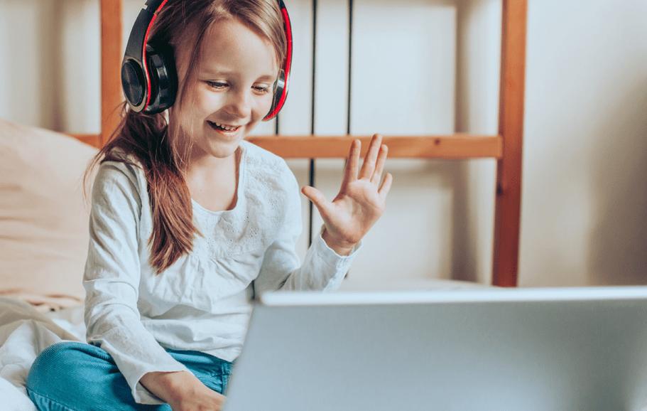 Criança assistindo a uma vídeo aula pelo notebook